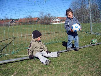 pojkar spelar fotboll1