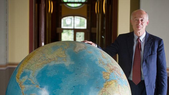 Hans Joachim Schellnhubers (1950-) lägger sin hand över världen