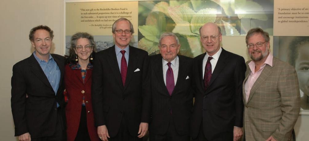 Styrelsemöte på Rockefeller Brothers Fund i december 2005. Från vänster: Richard Rockefeller (1949-2014), Neva Goodwin Rockefeller (1944-), Stephen Heintz (verkställande chef), David Rockefeller, Steven Rockefeller (styrelseordförande) och David Rockefeller Jr. (1941-)