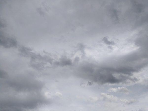 grå himmel
